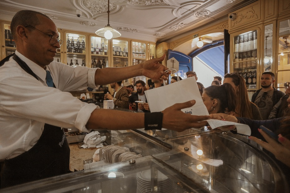 Waiters in Pasteis de Belem work amazingly quick - every minute two-three people receive their orders!